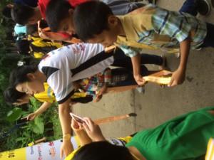 setelah kita sampai ke garis finish kurang dari pukul 9 pagi, kita mendapatkan medali yang dikalungkan oleh anak-anak yang kita bantu
